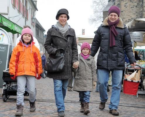 Familie Bovensmann auf dem Weihnachtsmarkt (v.l. Luna, Elke, Flora, Sascha)